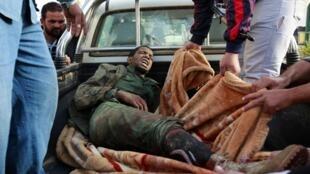 Um soldado pró-Kadafi capturado pelos rebeldes em Misrata.