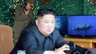 Lãnh đạo Bắc Triều Tiên thị sát một vụ bắn thử tên lửa. Ảnh do KCNA công bố ngày 04/05/2019