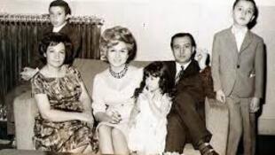 """پرویز خطیبی و خانواده: شاید شعر """"پسرم"""" برای کودکی سروده شده باشد که در کنار شاعر ایستاده است"""