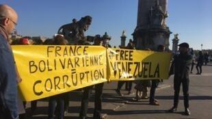 Los manifestantes se reunieron este 19 de abril al pie de la estatua de Simón Bolívar, en el distrito 8 de París, muy cerca del puente Alexandre III.