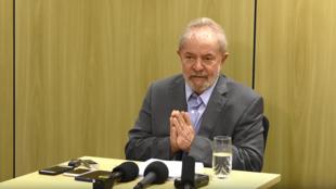Ex-presidente Luiz Inácio Lula da Silva em entrevista recente aos jornais El País e Folha de S.Paulo, na sede da PF em Curitiba..