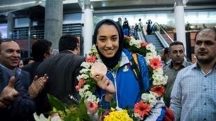 Kimiya Alizadeh, le 26 août 2016 à son retour à l'aéroport de Téhéran, est la première médaillée olympique iranienne.