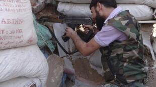 Rebeldes sírios na periferia de Damasco.
