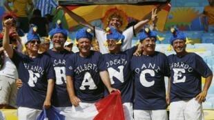 Cổ động viên đội Pháp và Đức chụp hình kỷ niệm trước khi trận đấu bắt đầu trên sân Macarana, Brazil ngày 04/07/2014.