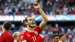 Le galés Gareth Bale celebra con sus compañeros el pase historico a las semifinales de la Eurocopa 2016.