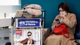 Une passagère attend à l'aéroport Fiumicino de Rome, le 31 janvier 2020.