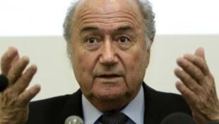 O presidente da FIFA, Joseph Blatter, tenta resolver a crise entre o Brasil e seu secretário-geral, Jérôme Valcke.