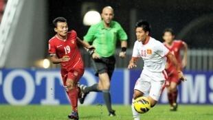 Một pha bóng trong trận mở mà AFF Cup 2012 giữa Miến Điện (đỏ) và Việt Nam