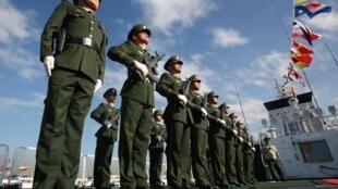 Lực lượng tuần duyên Trung Quốc trên một con tàu đậu tại cảng Manila, Philippines, ngày 14/02/2020