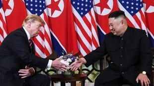 美國總統特朗普與朝鮮領導人金正恩在河內第二次握手2019年2月27日河內索菲特傳奇大都會酒店
