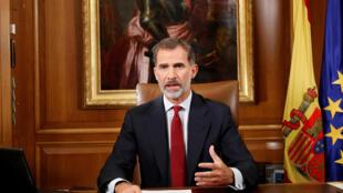 Felipe VI, en una escenografía muy sobria y junto a las banderas de España y Europa pidió al gobierno defender el orden constitucional.