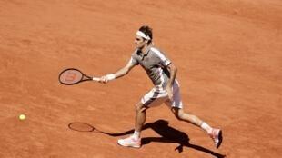Roger Federer durante su partido de octavos de final en Roland Garros frente al argentino Leonardo Mayer al cual vencía (6/2 6/3 6/3) el domingo 2 de junio de 2019.