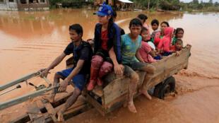 Người dân Lào rời khu vực bị ngập lụt do vỡ đập thủy điện Xepian-Xe Nam Noy ở tỉnh Attapeu, Lào, ngày 26/07/2018.