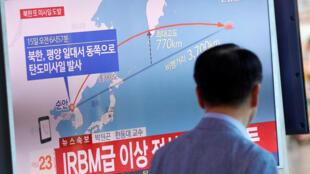 Truyền hình Hàn Quốc phát hình ảnh tên lửa Bắc Triều Tiên bay ngang không phận Nhật Bản ngày 15/09/2017.