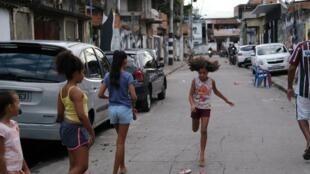 Des enfants jouent dans la rue d'une favela de Rio de Janeiro malgré la crise du coronavirus , le 22 mars 2020.