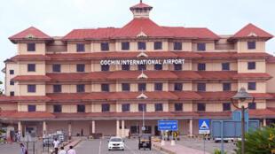 L'aéroport de Cochin au Kérala, à la pointe sud de l'Inde est le 7e plus grand aéroport de l'Inde génère plus d'énergie qu'il n'en consomme.