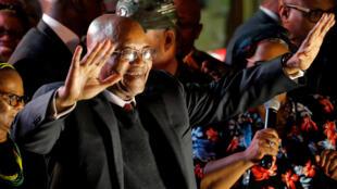 El presidente sudafricano, Jacob Zuma, celebra en Ciudad del Cabo haber sobrevivido a una nueva moción de censura en el Parlamento el 8 de agosto de 2017.