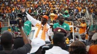 Côte d'Ivoire President Alassane Ouattara and team captain Yaya Touré bring the 2015 CAN trophy to Abidjan