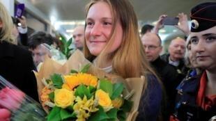 L'agent russe Maria Butina, qui a été libérée d'une prison de Floride, à son arrivée à l'aéroport international Sheremetyevo, près de Moscou, le 26 octobre 2019.