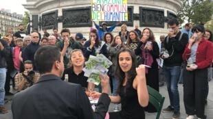 Performance do grupo colombiano Ciudadanos por la Paz, em manifestação do Dia da Amazônia, na praça da República, em Paris.