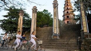 Đường lên chùa Thiên Mụ, Huế, trích trong cuốn Pagodes Vietnam Pagoda. Ảnh do tác giả cung cấp.