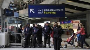 Franceses impedidos de embarcar para Tel Aviv protestam no aeroporto Charles de Gaulle, na região parisiense.