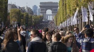 Os parisienses invadiram a avenida do Champs Elysées para aproveitar o dia sem carros nas ruas de Paris.