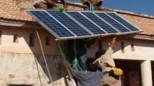 Voluntarios de la ONG  Electricistas Sin Fronteras instalan placas solares. Un proyecto financiado por la empresa francesa Legrand.