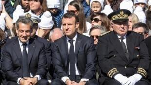 Emmanuel Macron et l'ancien président Nicolas Sarkozy (à gauche) assistent à une cérémonie d'hommage aux résistants français du plateau des Glières (Haute-Savoie), le 31 mars 2019.
