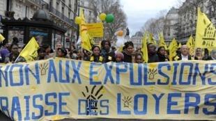Des manifestants défilent contre les expulsions qui interviennent à la fin de la trêve hivernale, à Paris, le 12 mars 2011.