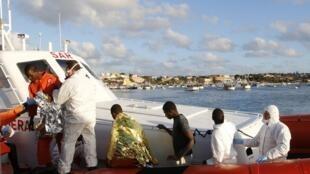 Imigrantes sobreviventes de naufrágio são resgatado na ilha de Lampedusa, na Itália