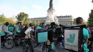 Deliveroo集团的自行车餐饮快递员在巴黎示威抗议修改工作条件