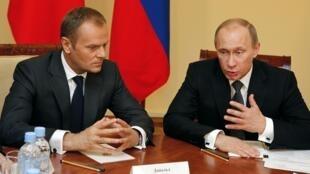 Thủ tướng Nga (phải) và Ba Lan tại Smolensk