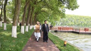图为中国国家主席习近平2018年4月28日与印度总理莫迪在武汉东湖