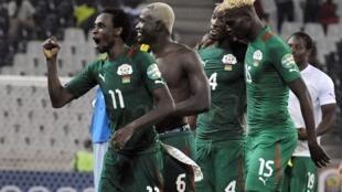 Jonathan Pitroipa (à gauche) et l'équipe du Burkina Faso lors de la CAN 2013.