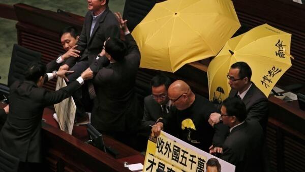 香港泛議員民主派議員在立法會抗議梁振英宣讀施政報告被警察帶走,2015年1月14日。