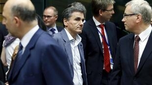 O ministro grego das Finanças, Euclide Tsakalotos (centro), na reunião do Eurogrupo, em Bruxelas.