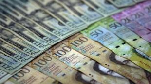 A crise econômica está levando venezuelanos a vender cédulas escassas no mercado.