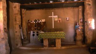 Un intérieur de l'église d'un village du pays Dogon: les Dogons sont très tolérants des autres religions et croyances traditionnelles.