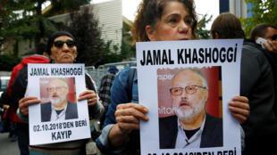 សកម្មជនសិទ្ធិមនុស្ស លើកបដារូបលោក Jamal Khashoggi នៅមុខស្ថានកុងស៊ុលអារ៉ាប៊ីីសាអូឌីត ក្រុងអ៊ីស្តង់ប៊ីួល ថ្ងៃទី៩ តុលា ២០១៨។