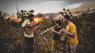 """Trio in Uno faz homenagem ao cerrado brasileiro em """"Ipê""""."""