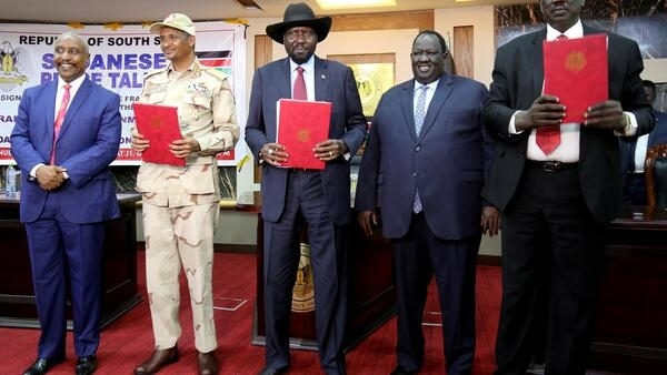 (L-R) Deputy head of Sudan People's Liberation Movement-North (SPLM-N) Yasir Arman, head of the military council Lt. Gen Mohamed Hamdan Dagalo, S Sudan's Pres Salva Kiir, S Sudan Mediation Committee Chair Tut Galwak, and SPLM-N chief Gen Ahmed El-Omda