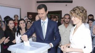 O presidente Bashar al-Assad vota em Damasco, acompanhado de sua mulher, Asma, nesta terçca-feira, 3 de junho de 2014.
