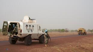 Des Casques bleus de la Minusma sur la route entre Mopti et Djenné, dans le centre du Mali, le 28 avril 2019. (Photo d'illustration)
