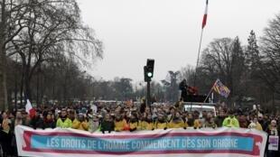 """Manifestantes seguram faixa """"Direitos humanos começam desde a origem da vida"""" em Paris, 20/01/2019"""