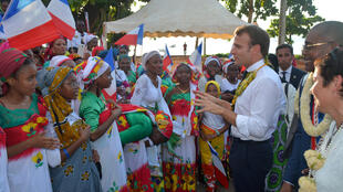 Le président français Emmanuel Macron devant des étudiantes du collège de M'tsamboro, au nord-ouest de l'île de Mayotte, le 22 octobre 2019.