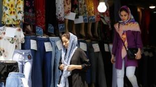 Des Iraniennes sortant d'un commerce à Téhéran, le 6 août 2018.