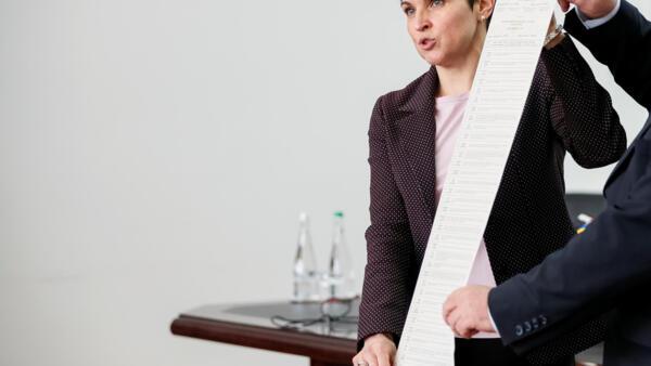 Глава ЦИК Украины Татьяна Слипачук с бюллетенем для голосования в первом туре выборов президента 31 марта
