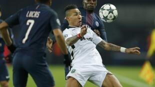 Anicet Abel (c), milieu de terrain de Ludogorets, essaye de s'imposer face aux Parisiens Lucas Moura (g) et Blaise Matuidi (d) lors du match de Ligue des champions, le 6 décembre 2016.