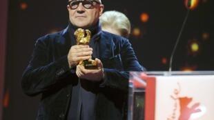 """Đạo diễn người Ý, Gianfranco Rosi, nhận giải Gấu Vàng với bộ phim về người nhập cư """"Fuocoammare"""" tại Liên Hoan Phim Quốc Tế Berlin lần thứ 66, ngày 20/02/2016."""
